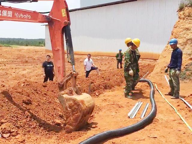 低压电缆预埋与接地扁铁开钩开挖
